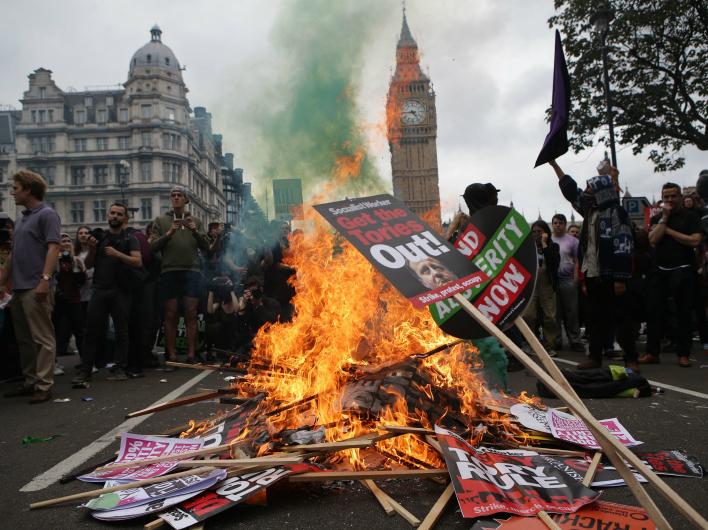 Массовые протесты потрясли Европу