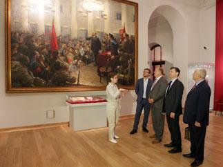 Г.А. Зюганов посетил выставку, посвященную жизни и деятельности В.И.Ленина и И.В.Сталина